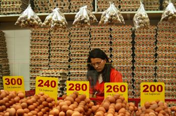 A woman selling eggs in a market in Medellin